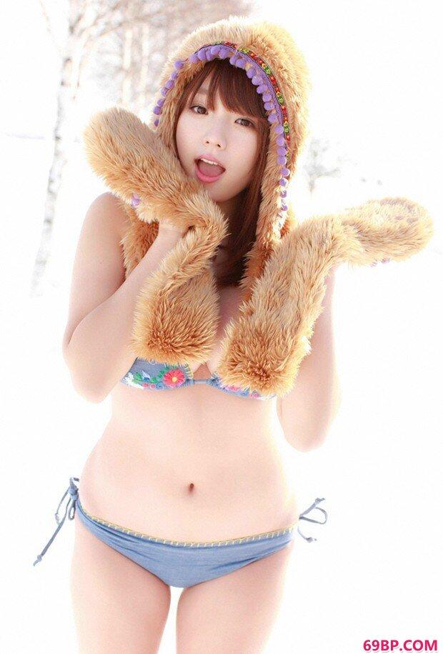 粉嫩巨奶嫩模筱崎爱冰雪地摄影_最大胆极品欧美人体色