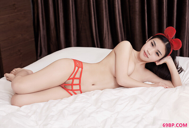 超性感少女�欠f茵嫩白美胸享不尽_北京新人体模特