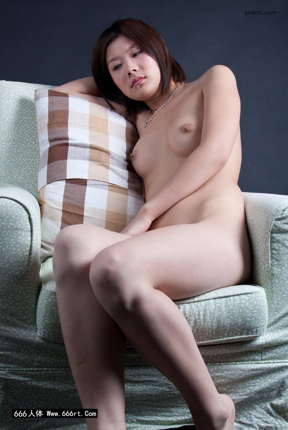 邻家女神宋蕊布艺沙发上室拍人体,啊野亚��琉人体艺术