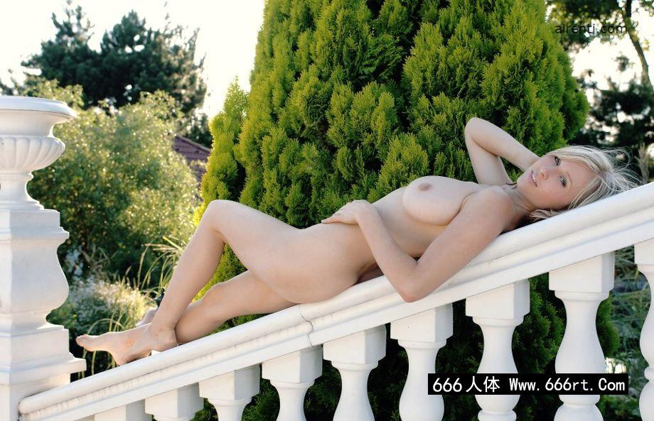 外拍白色石阶上的金发美美妇Selena