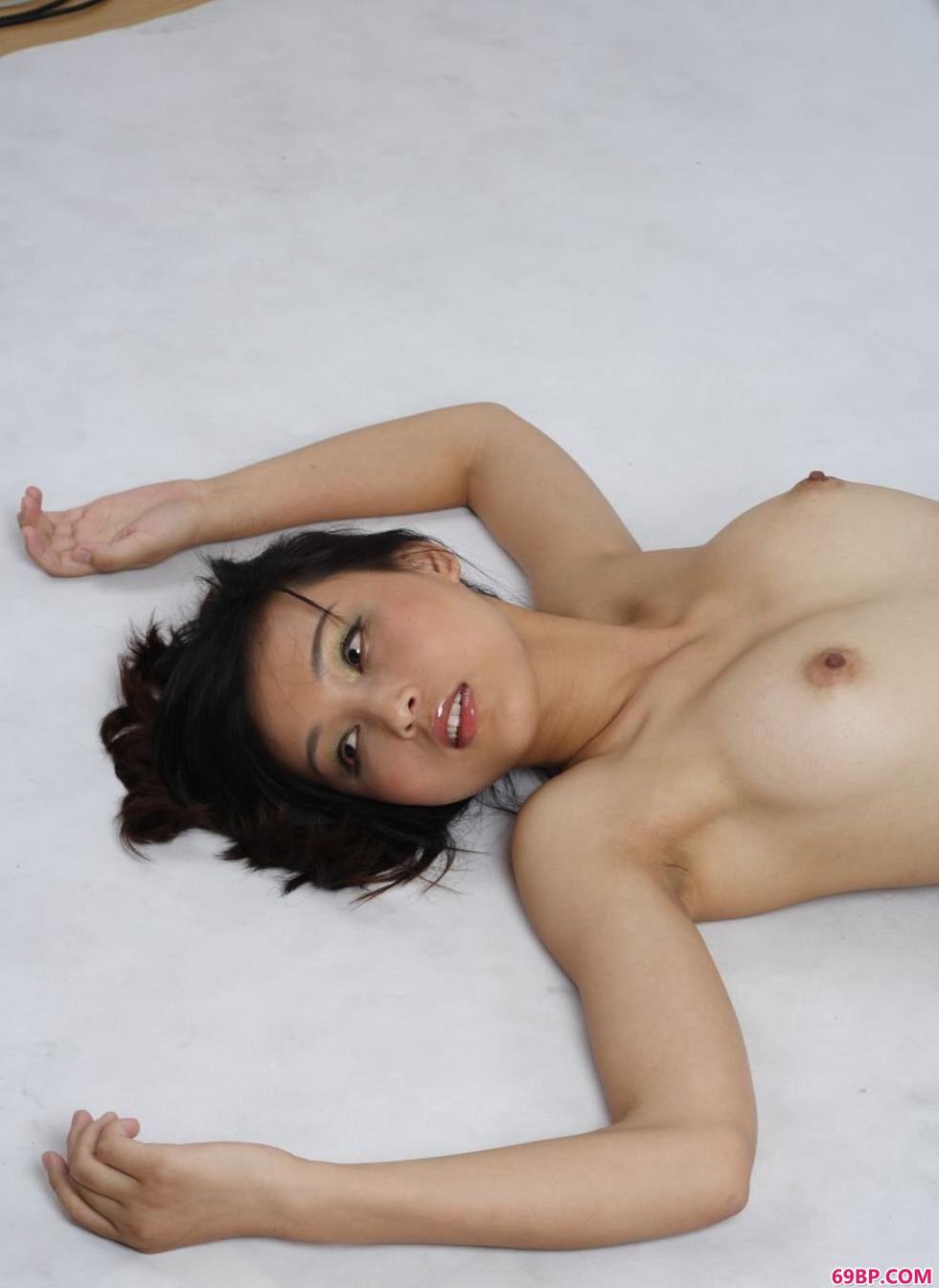 裸模纤纤室拍沙发上的撩人美体