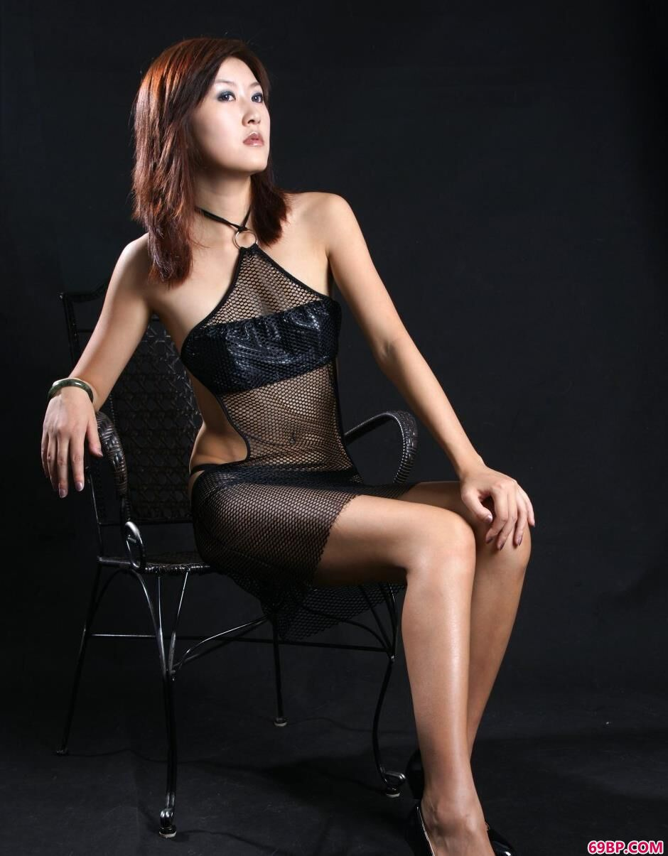 丫头gogo人体写真,写真棚里的名模晴朗网纱肚兜美体