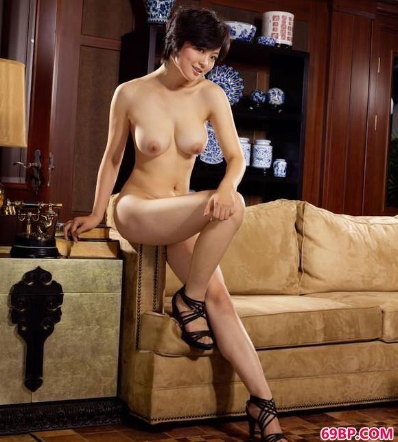 嫩模苏西沙发上的娇嫩美体