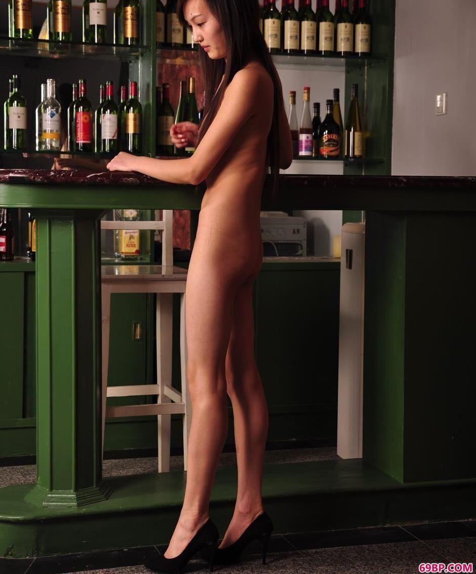 美模明明吧台里的清纯美体1