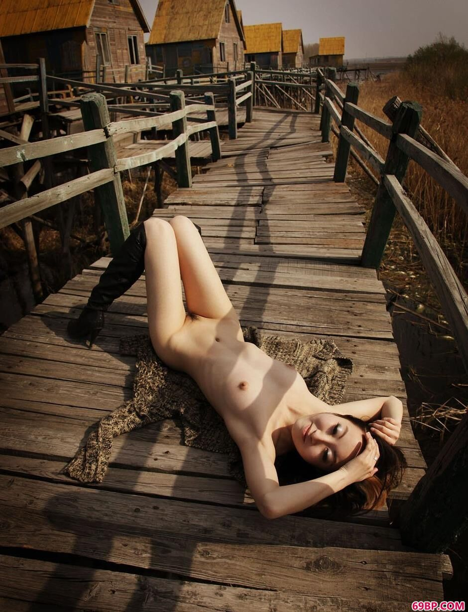 妹子荀林河道小木路上的诱人人体_美女�照片