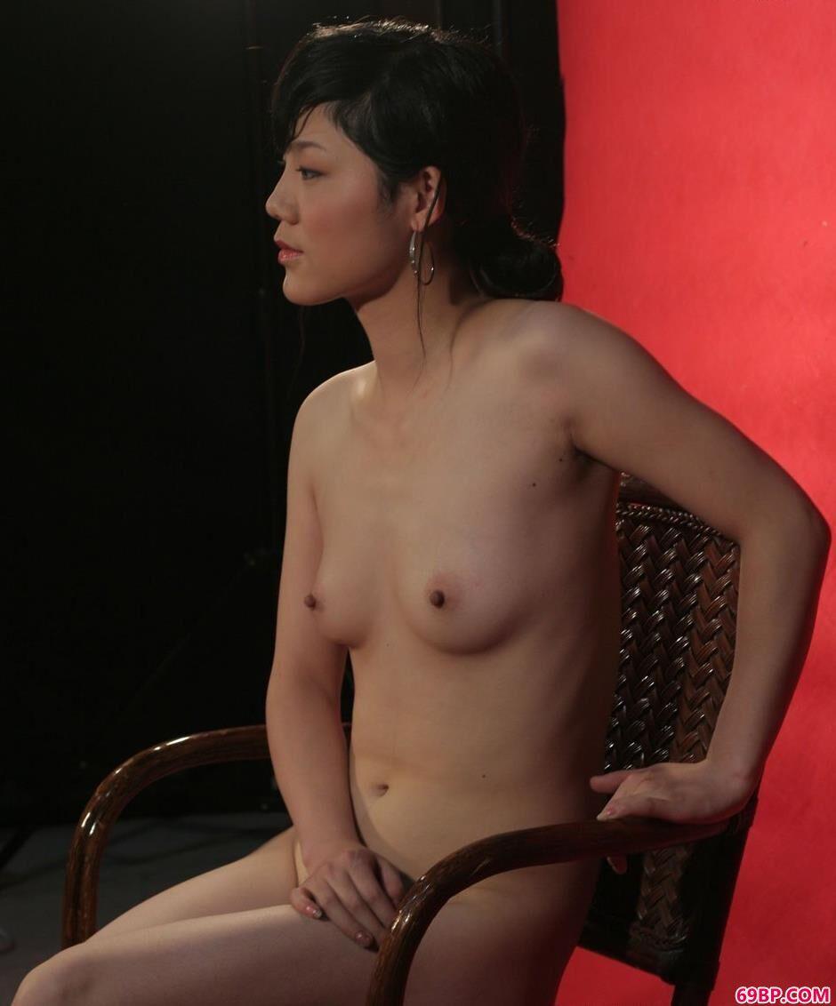 名模安菲红色背景棚里的诱人美体_1919gogo女厕小便全景