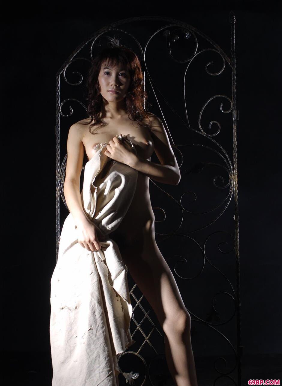 裸模梦洛写真棚里铁架前的抚媚人体_又紧又窄11p