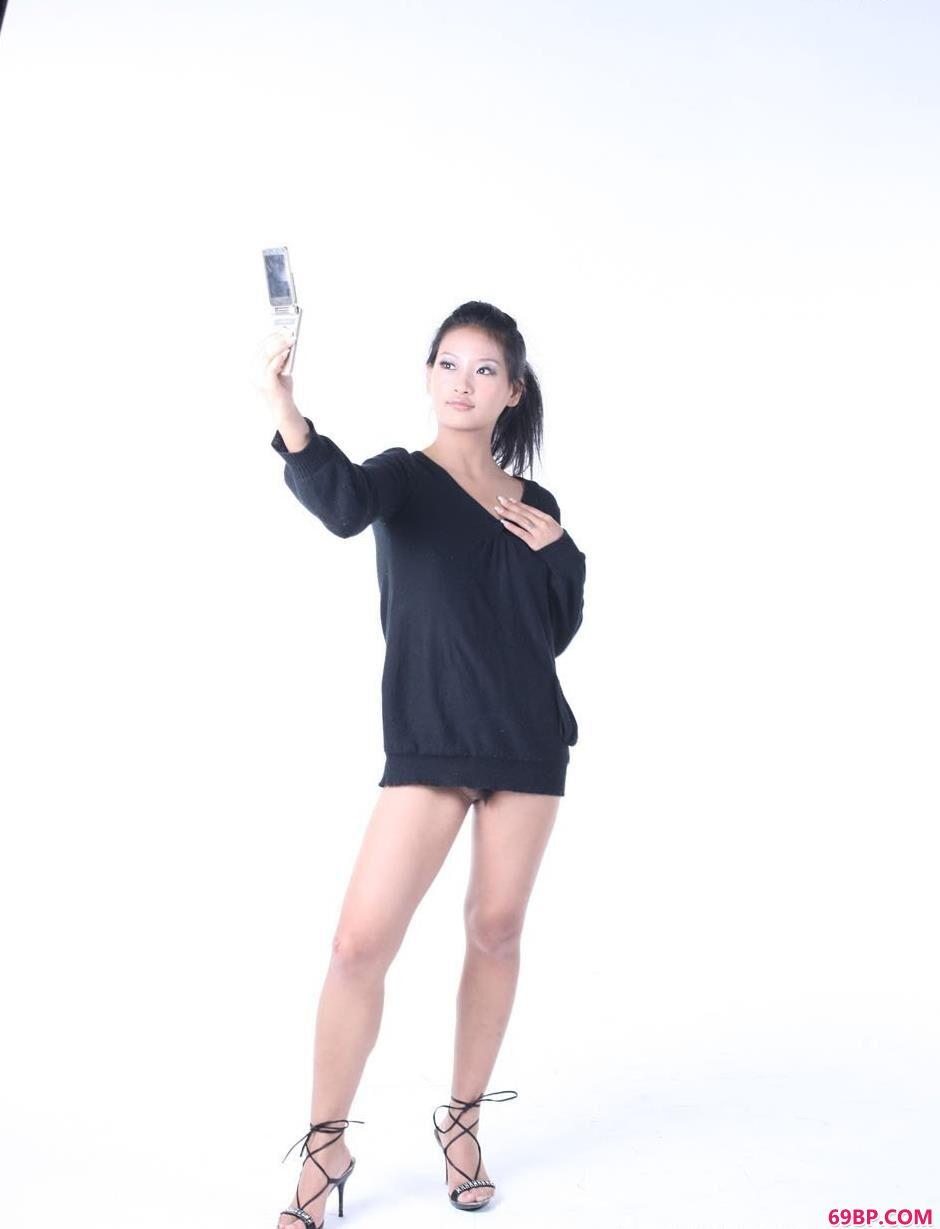中国妇女毛茸茸黑茸茸_靓妹优璇室拍手机人体
