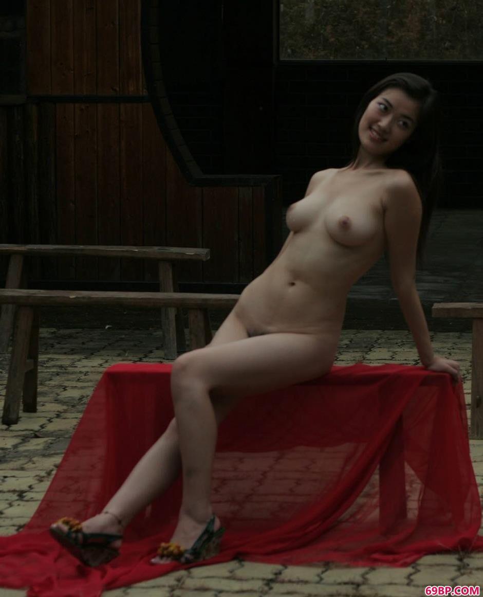 张筱雨人体40张珍藏版_老宅里的靓女小游雨中美体
