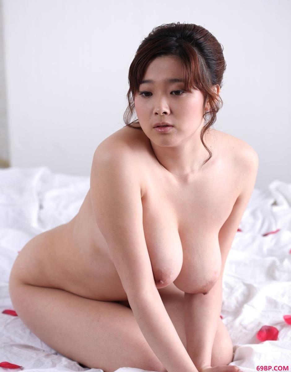 肉丝美女_大波靓女冰漪玫瑰花瓣的床上人体2