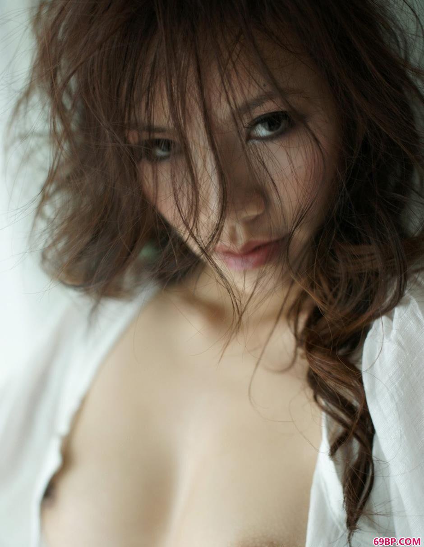 新婚美妇紧窄粗大_长头发魅力名模紫依4
