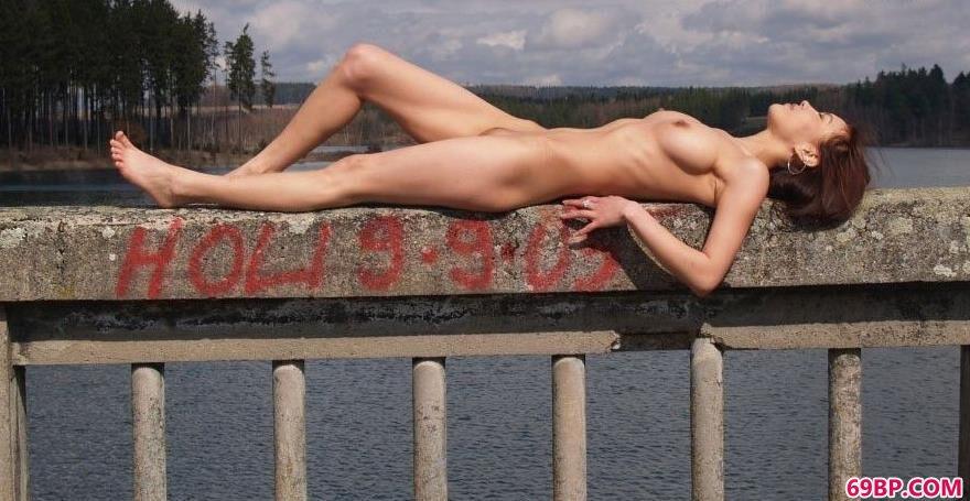 水库边的蒙古亚裔美人2_傲蕾人体艺术