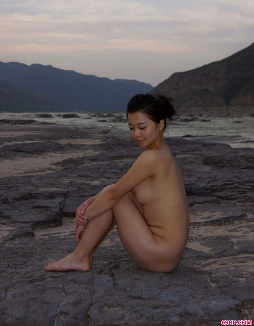 XXX尿_黄土地河畔的陕西名模莎莎