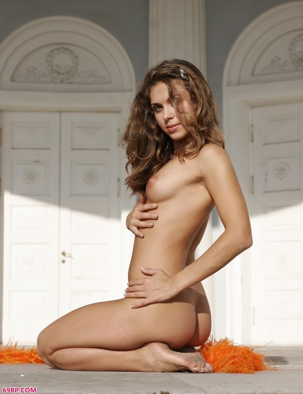 裸模Olesya教堂前的性感人体_147大147大胆全�鹨帐跽�