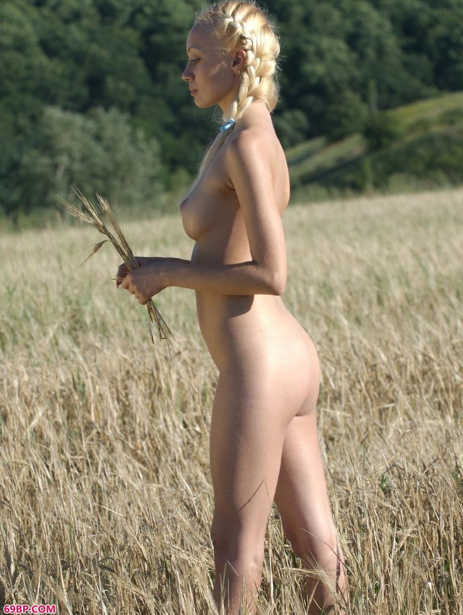 美女巨乳透视图片_美模艾拉Ira稻田里的性感人体2