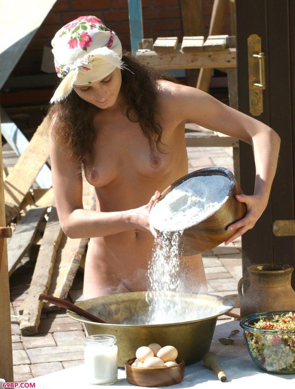 裸模Marusya院子里的包子美体1
