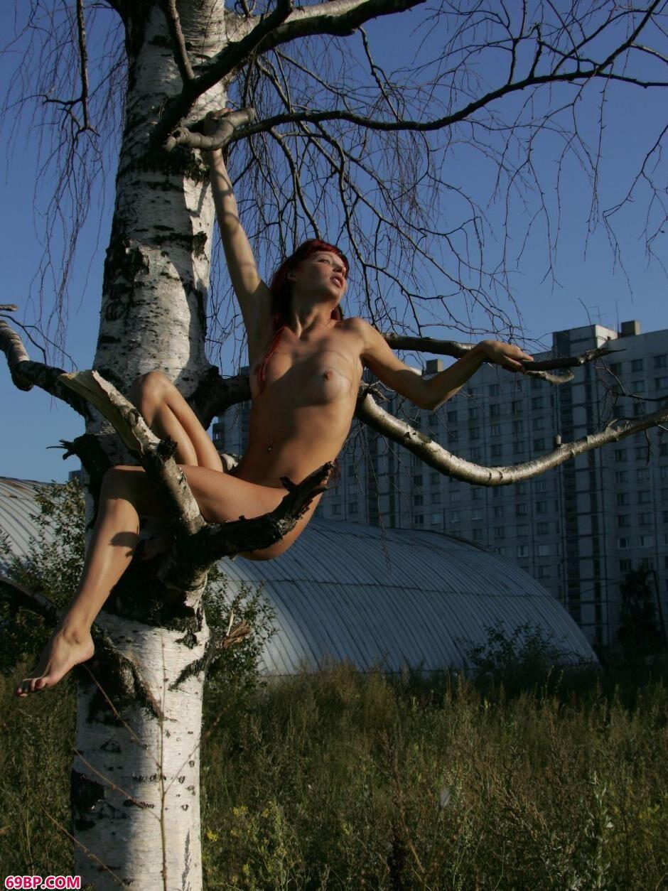 嫩模艾拉Ira坐在树枝上的诱惑美体_单位小少妇17P