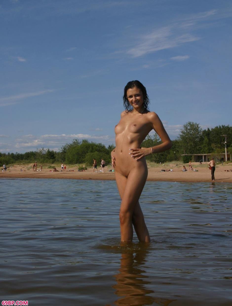 Uliya沙滩上的勾人美体