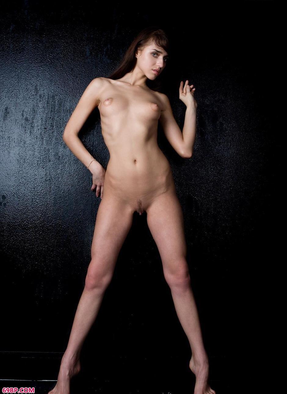 名模DAISY图片棚里的抚媚人体2