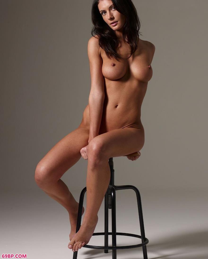 凳子上的外国人体艺术1_极度诱惑图