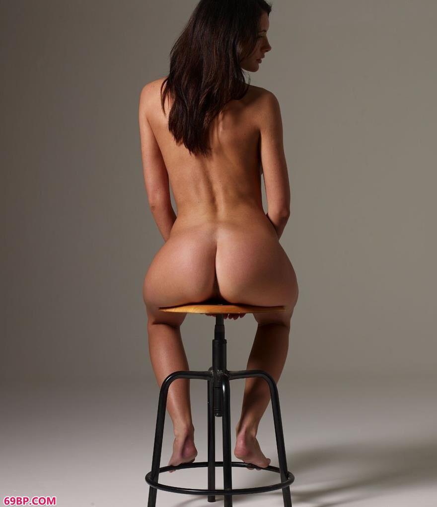 凳子上的外国人体艺术2_日本大胆人休艺术