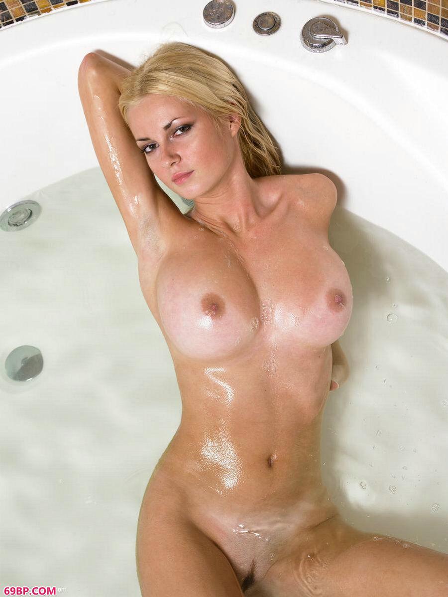 浴缸里的欧模诱惑人体写真