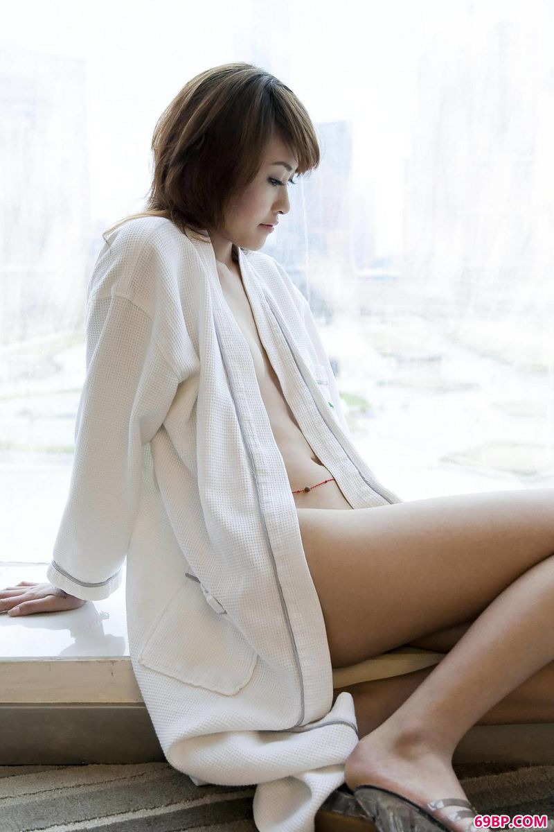 俄罗斯美女14一18第一次_窗前亚裔超模LaviniaChan